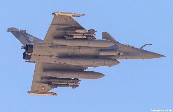 Photo : (c) Armée de l'air / EMA - Un Rafale équipé de quatre bombes BLU-126.