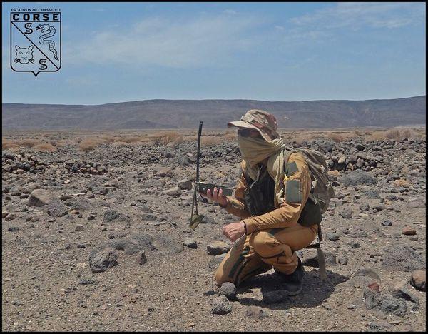 """Photo : EC 3/11 """"Corse"""" - Entraînement à la survie dans un milieu désertique après une éjection."""