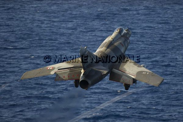 Photo : (c) Marine Nationale / ARCHIVE - Catapultage d'un SEM depuis le porte-avions CDG.