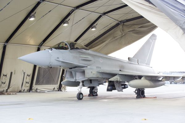 Photo : (c) UK MoD - Typhoon sous une arche de la base d'Akrotiri