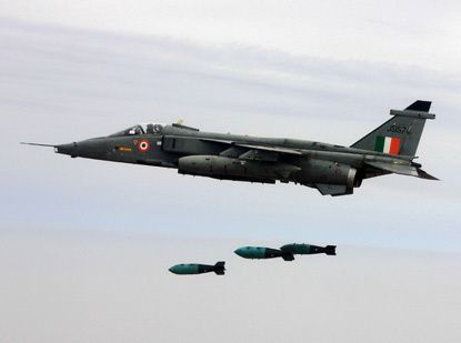 Photo : (c) IAF - Largage de bombes air-sol non guidées par un Jaguar indien lors d'un exercice.