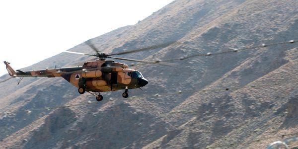 """Photo : (c) US Army - Survol d'une cérémonie militaire par un Mi-17 """"Hip"""" afghan."""