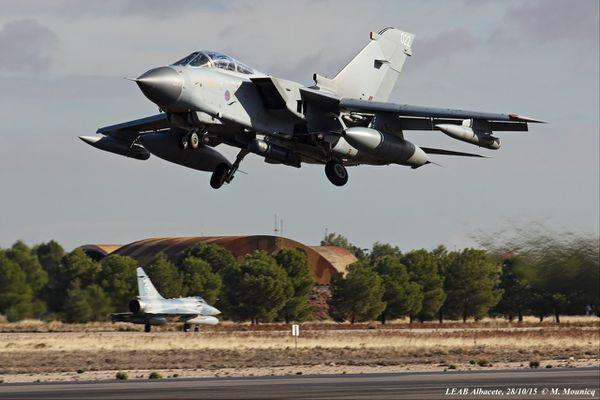 Alors qu'un pilote français s'apprête à rejoindre le seuil de la piste pour entamer son décollage, ce Tornado anglais a déjà décollé et rentre déjà son train d'atterrissage. Photo : © Mathieu Mounicq.