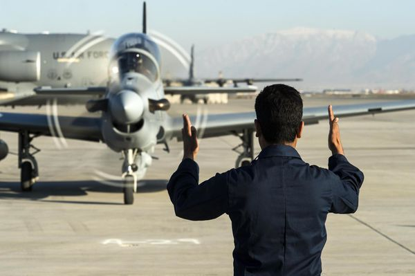 Photo : © US Air Force Tech. Sgt. Nathan Lipscomb - Un des quatre A-29 arrive sur le tarmac pour se garer.