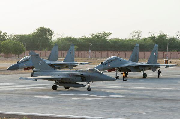 Photo : © JL. Brunet / Armée de l'Air - Un Rafale au roulage devant des Su-30MKI indiens, en Juin 2014, pour l'exercice Garuda en Inde.