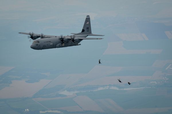Photo : © US Air Force - Largage de parachutistes depuis un C-130J Super Hercules