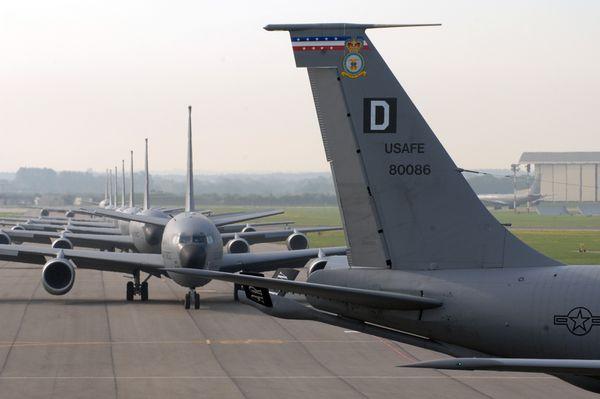 Photo : © US Air Force - Plusieurs KC-135 du 100th ARW au roulage à Mildenhall.