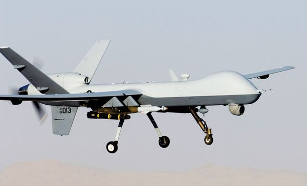Photo : © US Air Force - Atterrissage d'un MQ-9 Reaper armé de GBU-12 et de missiles air-sol Hellfire.