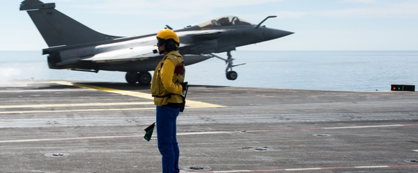 Photo : © Marine Nationale - Catapultage d'un Rafale M depuis le Charles de Gaulle.