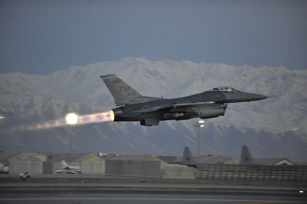 Photo : © USAF - Décollage d'un F-16C de l'USAF depuis la base aérienne de Bagram.