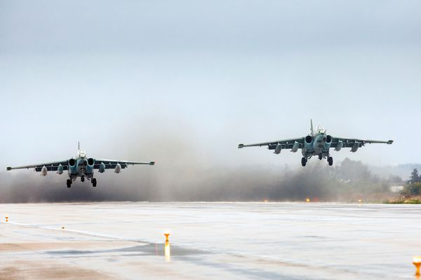 Photo : © MINDEF Russe - Atterrissage en formation de deux Su-25 «Frogfoot».