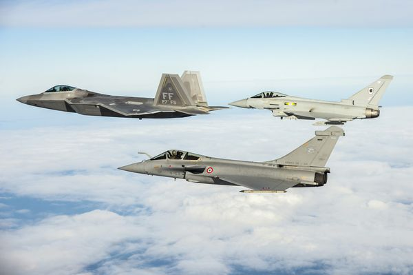 Photo : © US Air Force - Vol en formation d'un Rafale et d'un Typhoon, «leadé» par un F-22 Raptor.