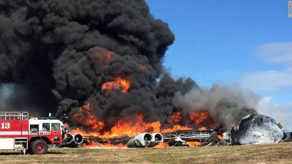 © KUAM News - La carcasse encore en feu du B-52H après son accident à Andersen.
