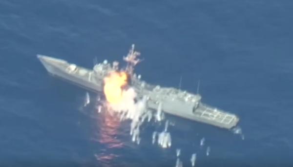 Capture d'écran vidéo - L'USS Thach touché par un tir depuis les airs.