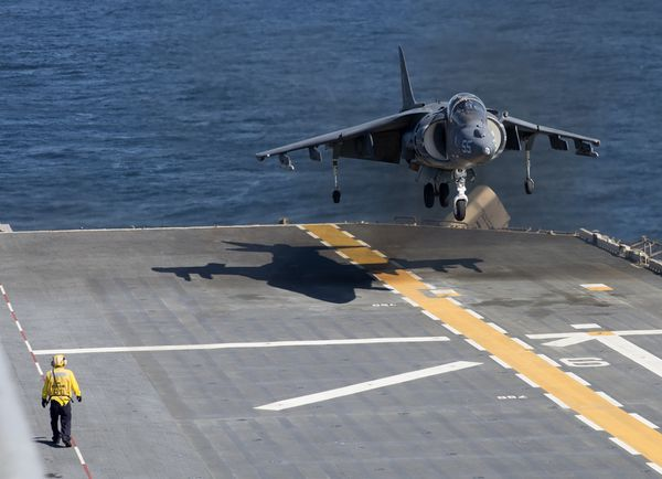 © USMC - Un AV-8B Harrier II du VMM-264 «Black Knights» sur le pont d'envol de l'USS Wasp.
