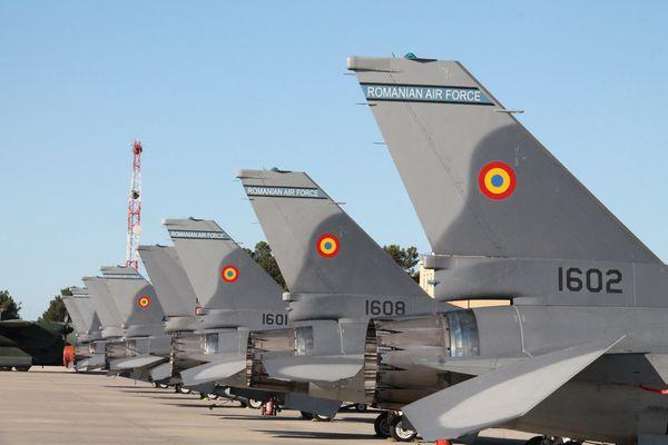 © Force aérienne Roumaine - Alignement des six premiers F-16 roumains sur le tarmac portugais.