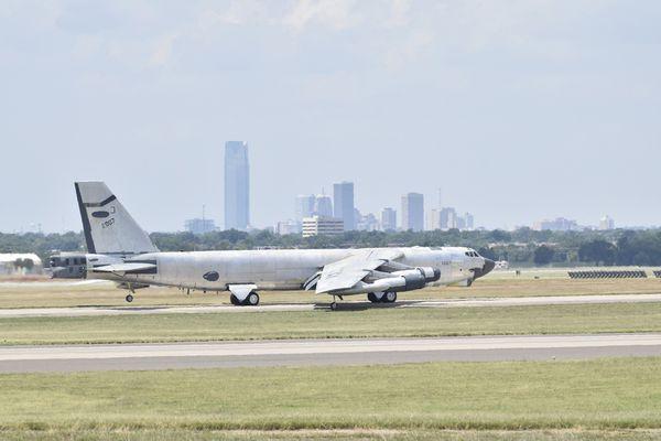 © USAF - Décollage du B-52H 'Ghost Rider' alors qu'il n'a pas encore reçu sa peinture grisâtre.