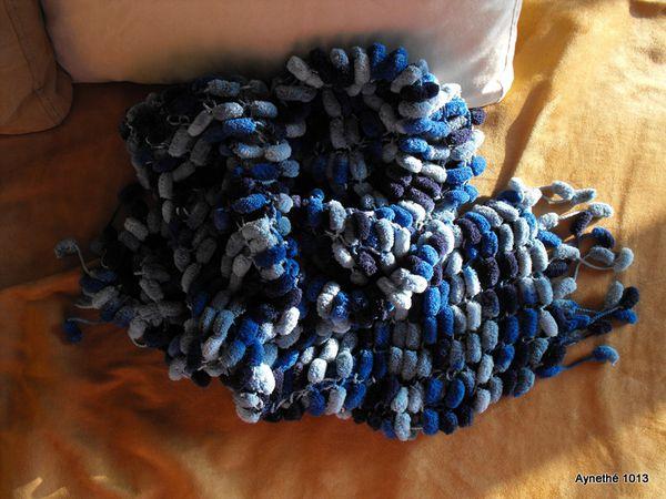 Echarpe pompons en camaieu de bleu
