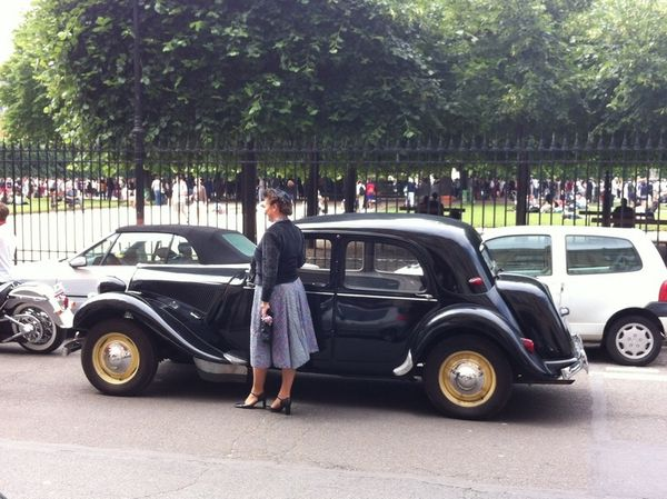 FLASHMOB WITH A CITROEN TRACTION AVANT