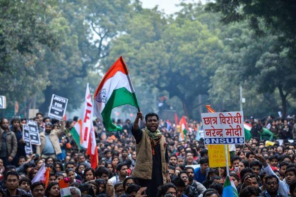 La rébellion universitaire s'étend en Inde: manifestation à Delhi