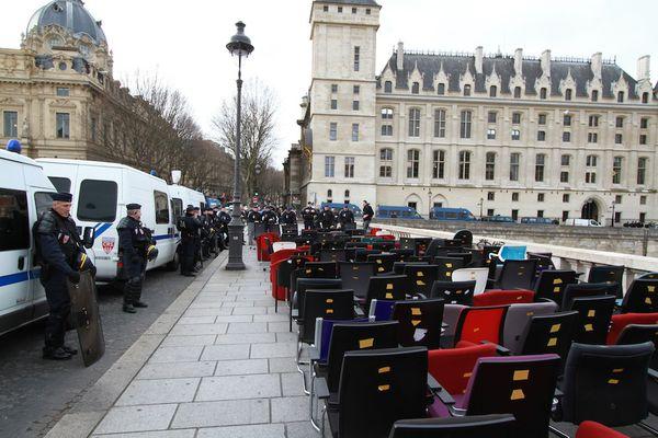 Procès Cahuzac: des centaines de citoyen⋅e⋅s remettent 196 chaises à la justice