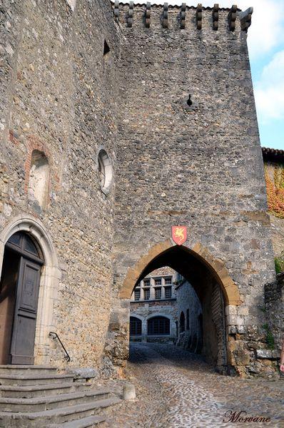 La Porte d'en Haut date du XIIe siècle. Entrée de l'ancien château fort.