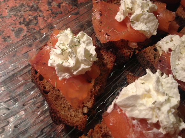 Toasts de pain de seigle au citron, au saumon fumé et chantilly au citron