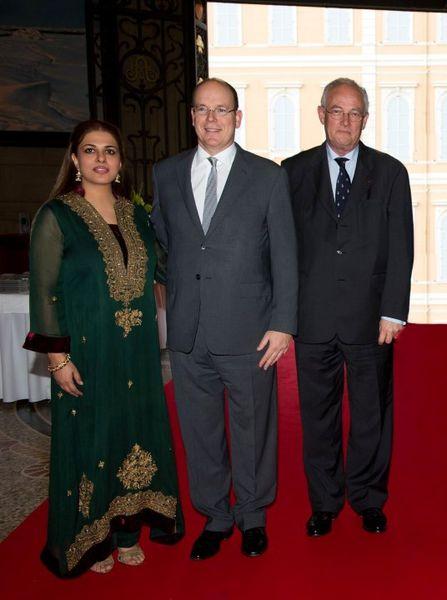 S.A.S. le prince Albert II entre Namira Salim et S.E. le Ministre d'Etat M. Michel ROGER