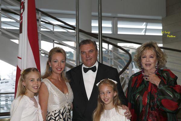 I discendenti della Casa Reale Borbone: LLAARR Carlo e Camilla di Borbone Due Sicilie Duchi di Castro con le principessine  Maria Carolina e Maria Chiara e donna Edy Vessel Crociani, madre della principessa Camilla.