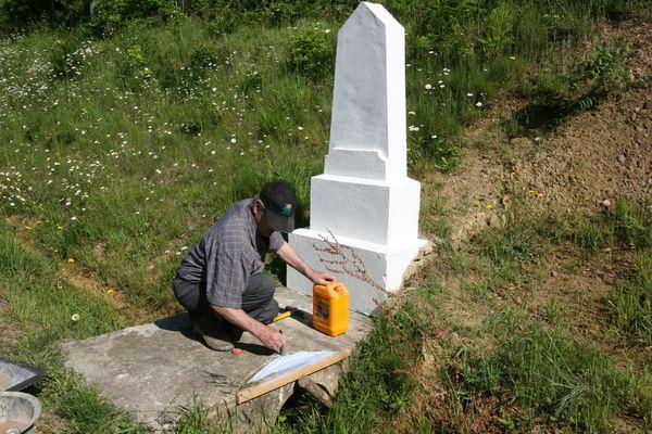 La vieille plaque a été enlevée par Louis et Guy puis recimentée par Jean Luc