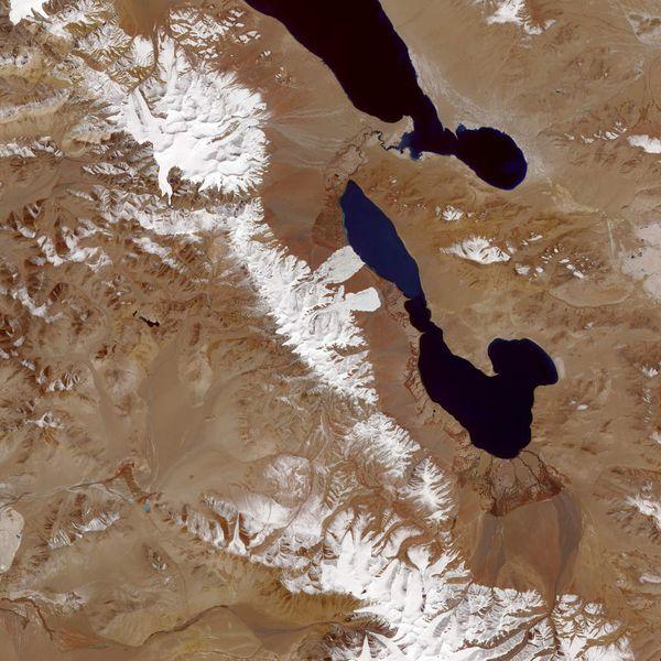 Die beiden Eislawinen im Aru Gebirge, am Aru Co Sees Quelle: NASA Earth Observatory