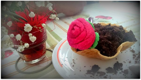 Maceta de chocolate  y nata con flor de gominola