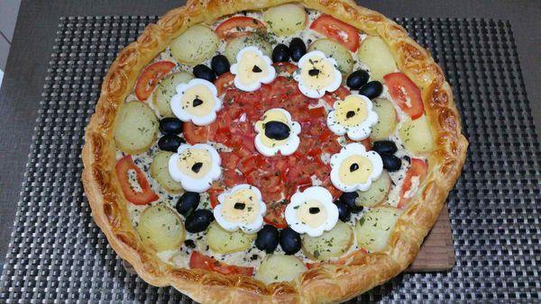 tarte feuilletée pommes de terre, tomates et oeufs en fleurs
