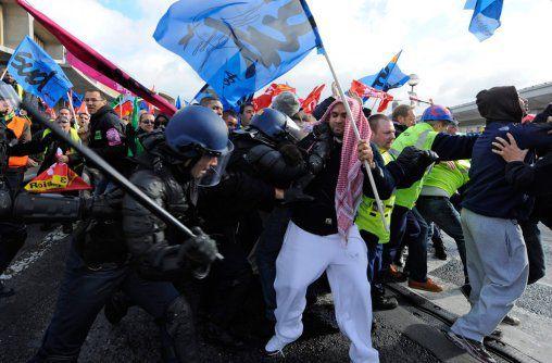 Violence légale. La police charge les grévistes de Roissy, le 20 octobre 2010.