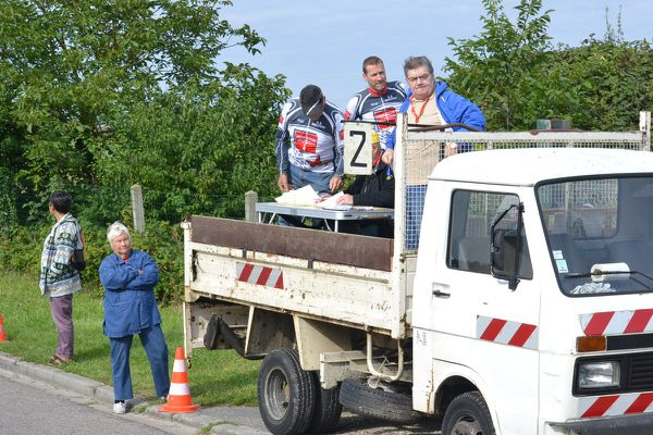 Christophe Théry et son équipe sur le camion-podium d'arrivée avec les commissaires .
