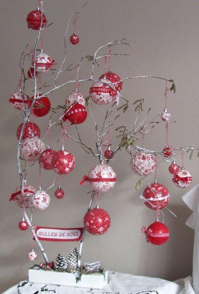 Bulles de Noël : boules plastiques recouvertes de décopatch, vernis colle, rubans, cordelette rouge et blanche.