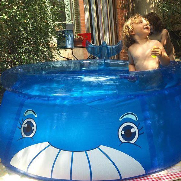 Le bonheur est dans la piscine gonflable