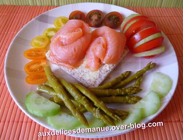 assiette de crudités et saumon fumé
