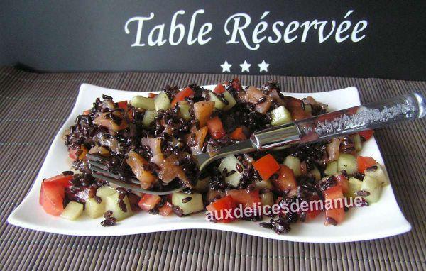 salade de riz noir aux légumes et saumon fumé