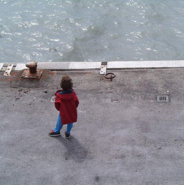 Enfant sur le port de Granville.