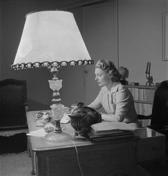 Simonde Renant à son bureau avec son chat -Lévin Sam