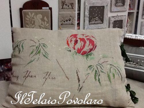 ... Ed una peonia  di Marie-Therese Saint-Aubin  su un cuscino