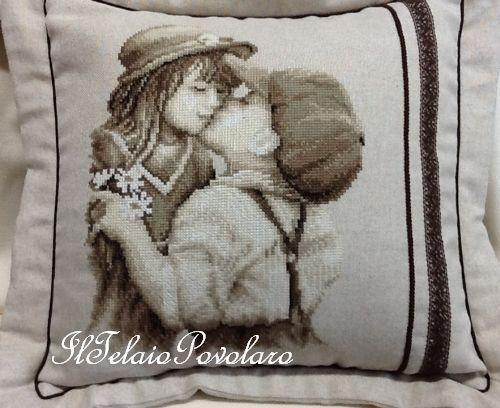 Un cuscino a punto croce, che sa di sana amorevolezza