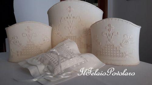 Una parure di lampade ed un cuscinetto da sposa, a punto antico