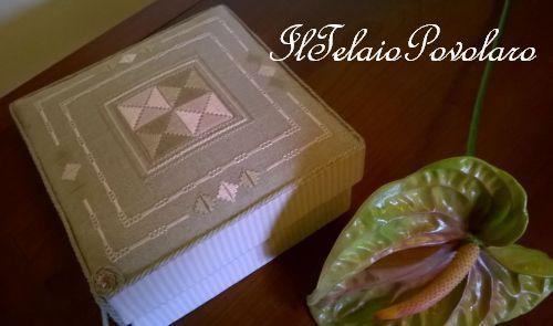 Punto antico sui toni del rosa nocciola e tortora per la scatola di Silvana