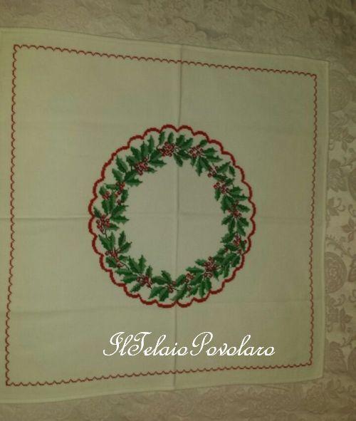 Natale è ...  un coprimacchia con una ghirlanda di agrifoglio a punto croce
