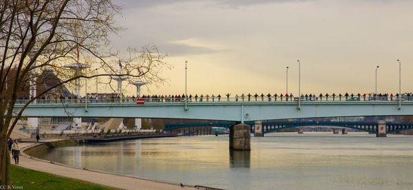 Des centaines de personnes forment une chaîne humaine à Lyon