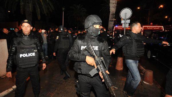 La police tunisienne sécurise la zone après un attentat qui a ciblé un bus d ela Garde présidentielle, le 24 novembre 2015.