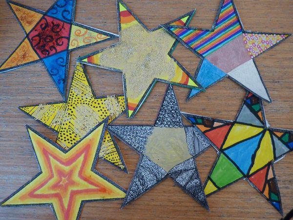 les étoiles de Noël réalisées par les enfants de la classe.