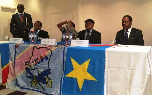 Etienne Tshisekedi, au milieu en chapeau